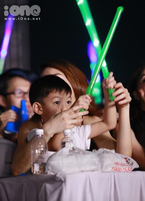 Hồ Ngọc Hà giúp con trai cổ vũ, hòa cùng từng giai điệu sôi động.