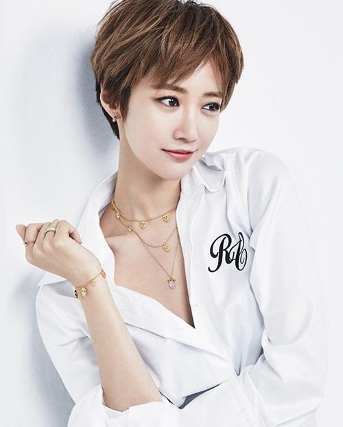 Go Joon Hee cũng rất hợp với kiểu tóc ngắn cá tính.