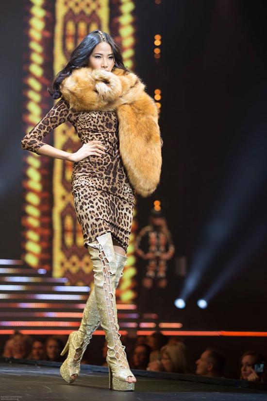 Sau khi đầu quân vào công ty đào tạo người mẫu PRM tại Anh, Hoàng Thùy có nhiều bước tiến ấn tượng trên thị trường quốc tế. Gần đây, chân dài được catwalk trong Clothes Show - show thời trang lâu đời và nổi tiếng nhất London. Show được tổ chức liên tục ở Anh từ năm 1986 đến nay, quy tụ nhiều thương hiệu đình đám.