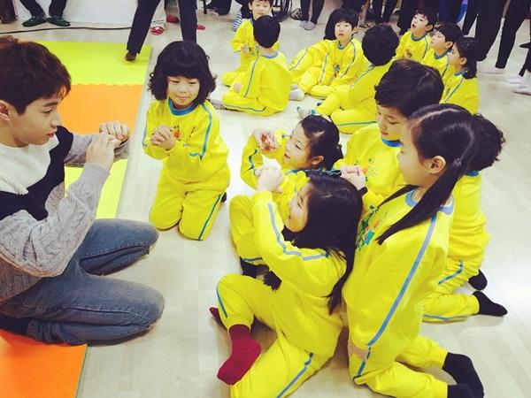 sao-han-8-12-hyo-rin-khoe-body-nong-bong-dara-pose-hinh-cung-2ne1-2
