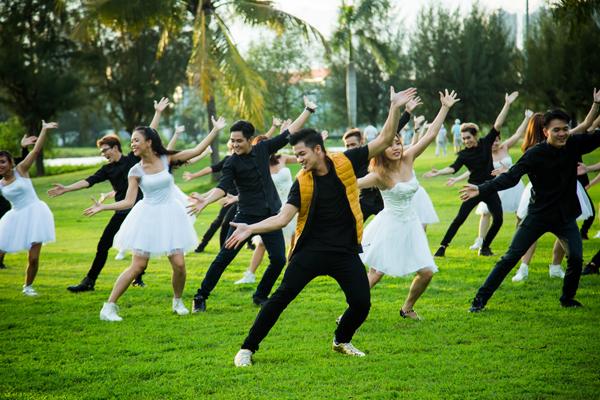 MV Let me be the one quy tụ hơn 30 vũ công chuyên nghiệp, nổi trội của cuộc thi So you think you can dance. Trong đó, sáu bạn diễn chính bao gồm: Cặp đôi dancer đang được yêu mến Tấn Huy- Phạm Lịch và Ngọc Tân- Anh Mỹ, Công Anh- Hồng Nhung.