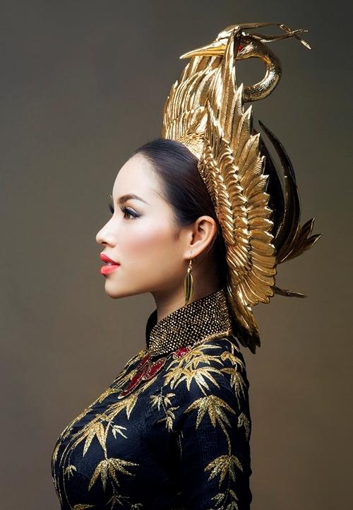 Đại diện Việt Nam năm 2015 Phạm Hương cũng vừa công bố hai chiếc áo dài lộng lẫy và quý phái mà cô mang tới Miss Universe để tham dự phần thi Trang phục truyền thống. Cả hai đều là tác phẩm của nhà thiết kế Thuận Việt và ê-kíp của anh. Điểm đáng chú ý là chiếc mấn đồng thau có trọng lượng 1,7 kg được mạ 2,5 chỉ vàng.