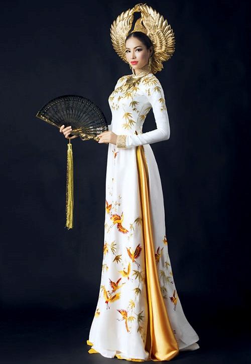 Quốc phục của Phạm Hương lấy ý tưởng từ chim hạc và lá trúc. Hai họa tiết chủ đạo được thêu bằng chỉ tơ và chỉ tơ ánh nhũ vàng.
