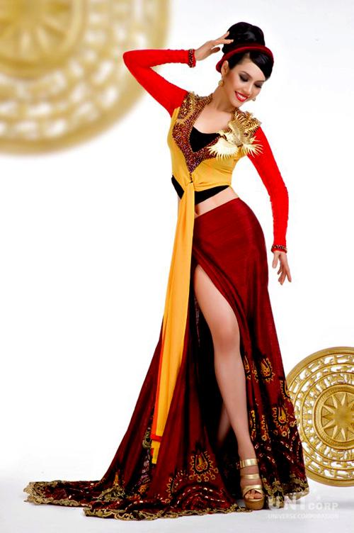 Người đẹp Vũ Thị Hoàng My đi thi Miss Universe 2011 với bộ quốc phục của nhà thiết kế Thuận Việt. Bộ trang phục mang tên
