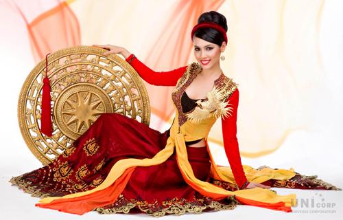 Nhà thiết kế Thuận Việt còn thiết kế tạo hình trên chiếc nón quai thao, một phụ kiện không thể thiếu với bộ trang phục áo tứ thân, cách điệu từ chiếc trống đồng Đồng Sơn được trạm trổ điêu khắc công phu.