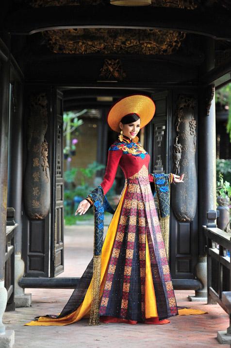 quốc phục năm 2012 được lấy cảm hứng từ rồng phương Đông và họa tiết thổ cẩm đặc trưng của dân tộc miền núi phía Bắc.
