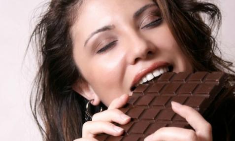 Tại sao kỳ nguyệt san không nên ăn nhiều chocolate