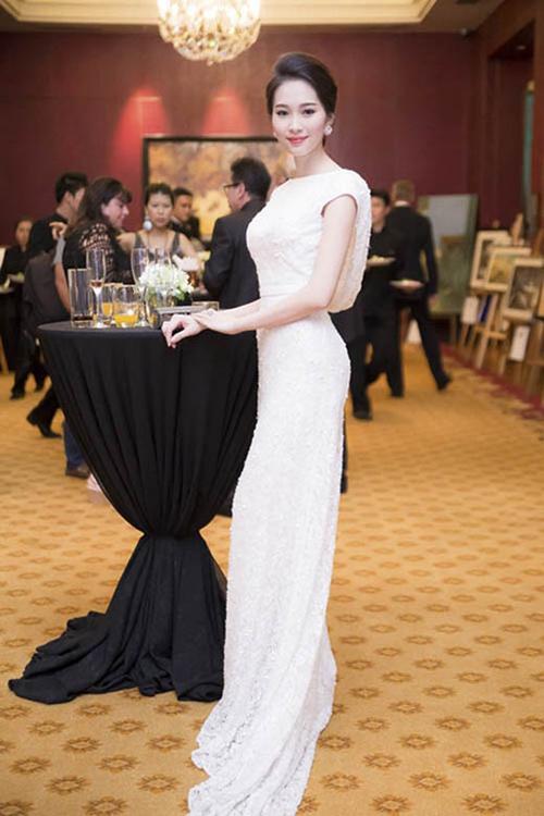 Trước đó, hoa hậu Thu Thảo cũng từng diện thiết kế này đi sự kiện.