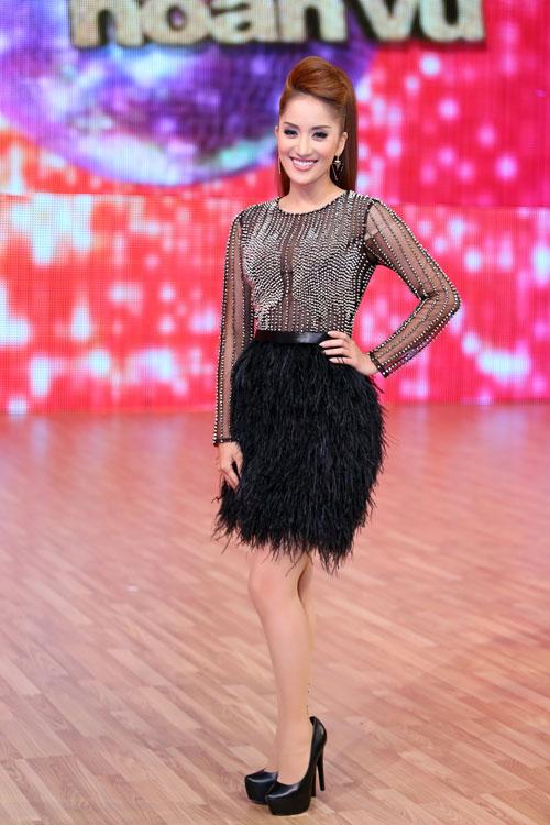 Kiện tướng dance sport Khánh Thi cũng từng mặc một chiếc váy nằm trong cùng bộ sưu tập với chất liệu và kiểu dáng tương tự.