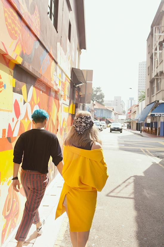 Cả ekip đã có quãng thời gian làm việc cực vui tại đất nước Singapore, lưu giữ được cực nhiều khoảnh khắc lung linh trong MV lần này. Hai nhân vật chính có những cảnh quay kỉ niệm đầy đáng yêu trên những con phố đều tăm tắp của Singapore, bãi biển rực nắng, những cảnh cực tình cảm trên xe bus, quậy tưng với xe đẩy hàng ngoài đường phố... Với phong cách ấn tượng và góc quay đẹp như các MV Kpop cùng tạo hình ngọt ngào pha chút quậy phá  Juun Đăng Dũng và Suni Hạ Linh khiến nhiều người xem liên tưởng ngay đến bộ đội Trouble Maker đình đám.