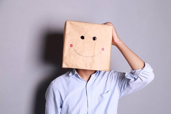 """Được xem là vlogger bí ẩn nhất vì không chịu tiết lộ """"dung nhan"""" khi đội khư khư chiếc hộp giấy mặt cười trên đầu."""