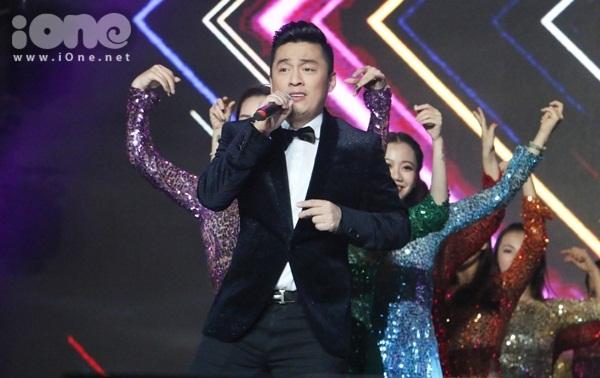 Lam Trường mở đầu chương trình bằng ca khúc Em đẹp nhất đêm nay (Phạm Duy)