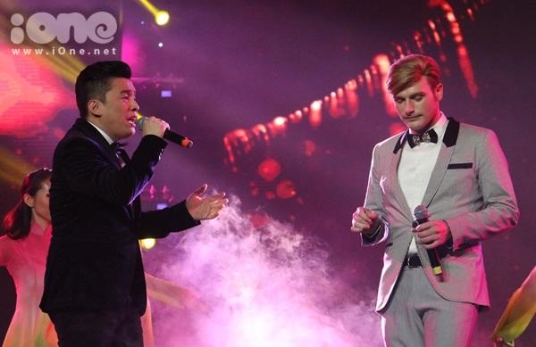 Nam ca sĩ sau đó song ca cùng Kyo York trong ca khúc Gót hồng để làm nền cho các thí sinh tham dự phần thi trình diễn áo dài.