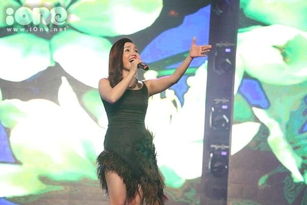 Nữ ca sĩ Ngọc Anh góp vui ca khúc về mùa xuân bên cạnh vị trí giám khảo.