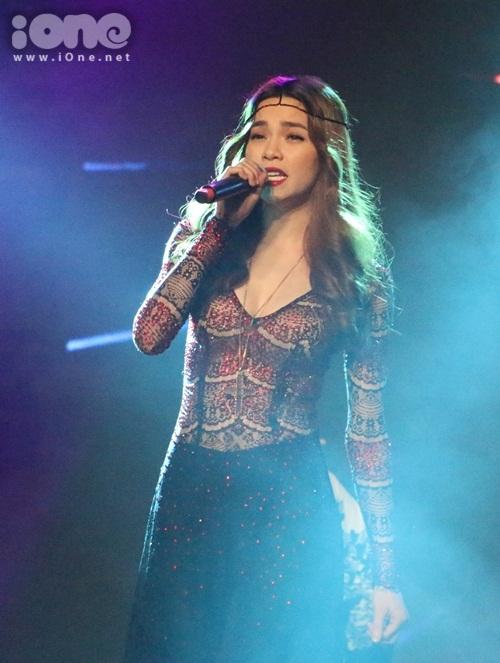 Hồ Ngọc Hà góp mặt trong đêm chung kết cuộc thi Nữ sinh viên Việt Nam duyên dáng 2015 với vai trò ca sĩ khách mời. Chị xuất hiện về cuối chương trình và làm nóng sân khấu bằng bản hit mới nhất: