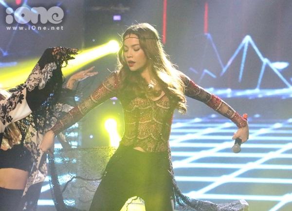 Hồ Ngọc Hà biểu diễn máu lửa với những vũ điệu sôi động, sexy hút ánh nhìn.