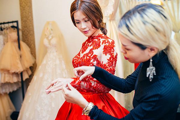 Yêu thích những thiết kế bằng ren, sexy, Diễm Trang được NTK Luciola Nguyễn tận tình giúp đỡ lựa chọn.