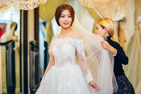 Cô tâm sự, đám cưới ở Vĩnh Long sẽ diện trang phục của NTK trong nước, còn đám cưới tại TP.HCM cô sẽ diện váy cưới được ông xã mua tại tại Ý dành tặng cô. Đây cũng là món quà mà ông xã dành tặng Diễm Trang khi cô sang Ba Lan thăm anh cách đây không lâu.