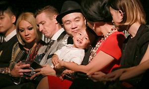 Con trai Đỗ Mạnh Cường ngồi hàng đầu xem show thời trang
