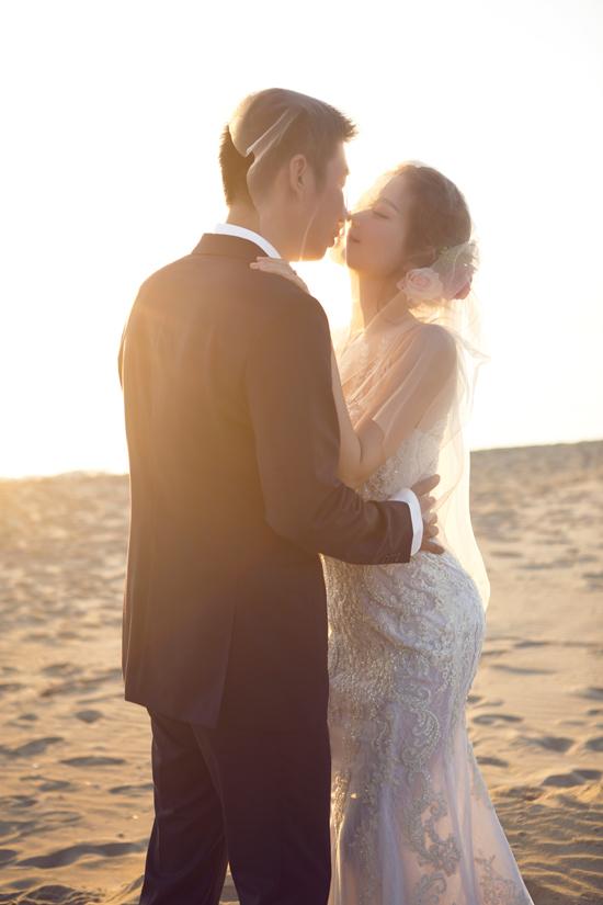 Những chiếc váy cưới được NTK Luciola Nguyễn thiết kế riêng dựa theo ý tưởng mà Diễm Trang đưa ra. Bộ váy được làm nhiều giờ liền từ chất liệu ren cao cấp, nhằm tôn lên vẻ đẹp của Á hậu cũng như ba vòng chuẩn.