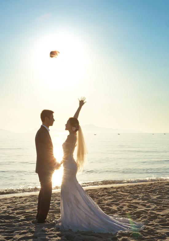 Theo mỹ nhân gốc Vĩnh Long, trong đám cưới ở quê cô sẽ diện trang phục của NTK trong nước, còn còn đám cưới tại TP.HCM cô sẽ diện váy cưới được ông xã mua tại tại Ý dành tặng cô. Đây cũng là món quà mà ông xã dành tặng Diễm Trang khi cô sang Ba Lan thăm anh cách đây không lâu.