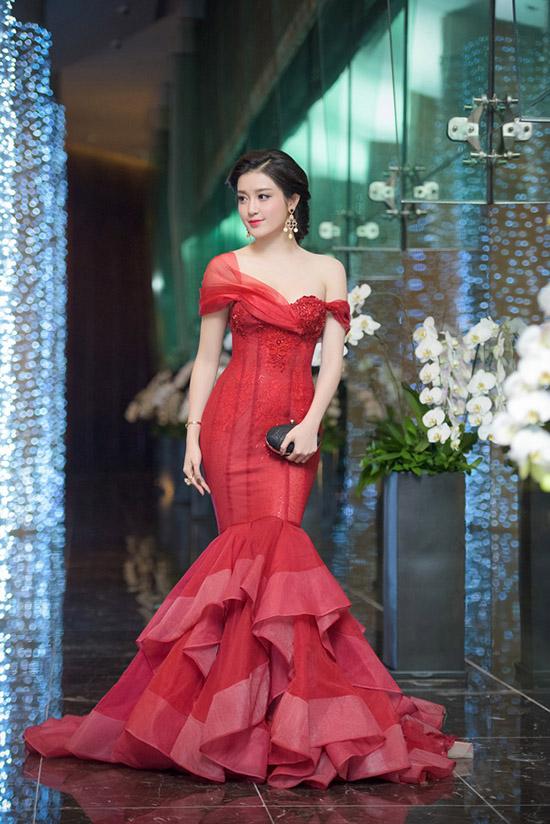 sao-style-18-12-huyen-my-nhu-cong-chua-jun-vu-tren-dong-duoi-he