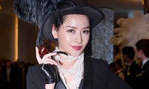 Chi Pu cầm tẩu, đeo chuỗi ngọc trai đẹp như Coco Chanel