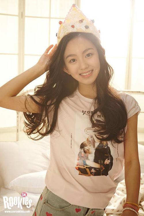 """Lami được netizen gọi là """"Yoon Ah thứ hai"""" bởi ngoại hình đẹp tự nhiên và hao hao đàn chị   trong nhóm SNSD. Bên cạnh đó, không ít người cũng nhận xét Lami khá giống Sulli, cựu   thành viên f(x)."""