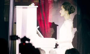 Thu Thảo lần đầu trổ tài chơi piano, đi catwalk