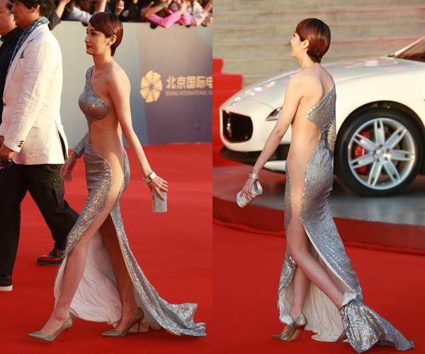 Tại LHP quốc tế Bắc Kinh, cô đào Lam Yến cũng gây sốc với chiếc váy voan trong suốt, gần như phơi nguyên một nửa thân thể.