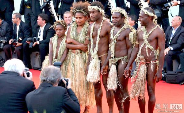 Trong lễ bế mạc LHP Venice lần thứ 72, đoàn phim Tanna đồng loạt hóa trang thành thổ dân.