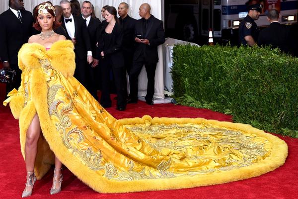 Rihanna gây chú ý với chiếc váy dài 2m trên thảm đỏ Met Gala, trông không khác chiếc chăn bông dành cho vua chúa thời xưa. Chiếc váy cồng kềnh này có tên Magnificent Gold, do nhà thiết kế người Trung Quốc Guo Pei và đội ngũ thực hiện trong vòng 50.000 giờ đồng hồ.