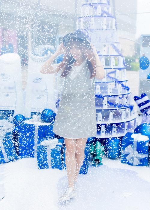 Hari Won vừa làm khách mời tham gia trải nghiệm Quả cầu tuyết được đặt tại một trung tâm thương mại ở TP HCM nhân dịp Giáng Sinh.