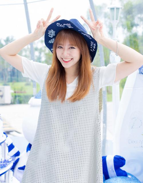 """Năm 2015 là một năm tương đối thành công với Hari Won khi cô được mời   tham gia một số dự án phim điện ảnh như """"49 ngày"""", """"Trùm cỏ"""", """"Em là bà nội   của anh""""..."""