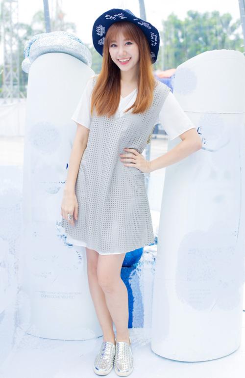 Sau hai năm gia nhập showbiz, cô ngày càng   được yêu mến bởi cách nói chuyện tưng tửng, dễ thương và ngoại hình xinh   xắn chuẩn Hàn.