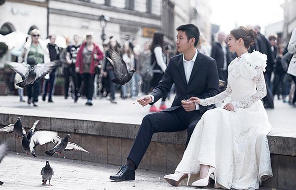 Sau khi hé lộ ông xã doanh nhân trong bộ ảnh trước đó được chụp tại Đà Nẵng  Hội An, mới đây Á hậu Diễm Trang đã chia sẻ bộ ảnh cưới chính thức của hai vợ chồng được chụp tại châu Âu vào những ngày mùa đông lạnh giá.