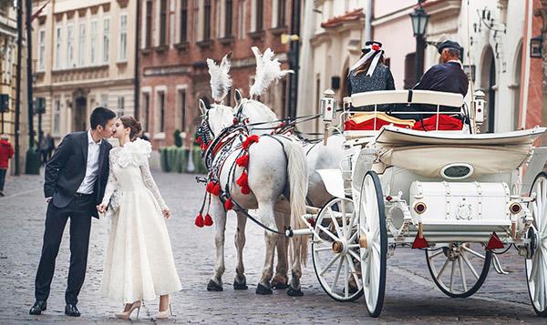 Trong những hình ảnh được chụp lại tại thành phố Krakow (ảnh váy cưới ngắn ở trên xe ngựa ), Á hậu Diễm Trang xinh đẹp như nàng công chúa. Cô diện váy cưới ngắn của NTK Đỗ Mạnh Cường, còn ông xã diện trang phục vest bảnh bao của thương hiệu Dior.