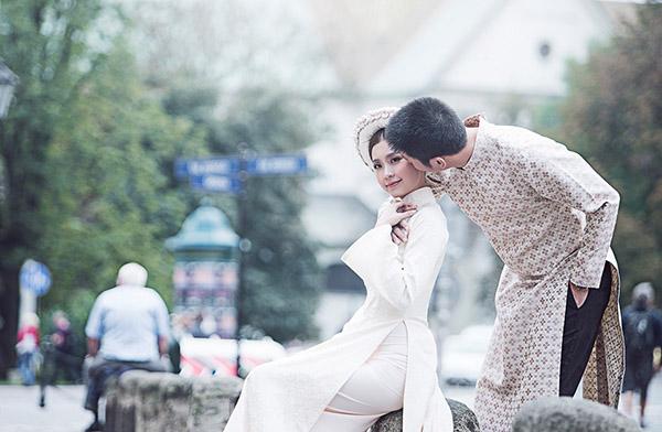 Lúc chụp ảnh đã có rất nhiều người dân tại thành phố Krakow xin chụp ảnh chung và khen vẻ đẹp sang trọng, yêu kiều của nàng Á hậu. Những hình ảnh cưới đẹp như chuyện cổ tích đã được Diễm Trang lựa chọn để trang trí tại tiệc cưới mang đậm phong cách Châu Âu mà cô sẽ tổ chức tại TP.HCM vào ngày 26/12 tới.