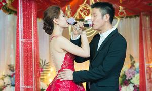 Diễm Trang diện váy xuyên thấu khoe lưng nuột nà trong đám cưới