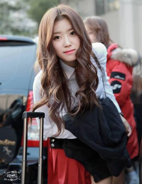 Thành viên sinh năm 1994 được công nhận là gương mặt đại diện của Lovelyz nhờ vẻ đẹp tự nhiên, có nét khác biệt với những tân binh khác. Lovelyz có nhan sắc khá đồng đều nhưng Mi Joo nhận được nhiều sự ủng hộ hơn cả.