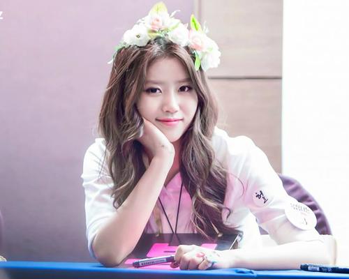 Mi Joo đảm nhận vai trò rapper và nhảy chính trong nhóm. Cô nàng sở hữu thân hình chuẩn, cao ráo, ngoại hình ngày càng thu hút. Mi Joo còn có nhiều kỹ năng ấn tượng để thu hút sự chú ý khi tham gia show truyền hình như bắt chước giọng người nổi tiếng.