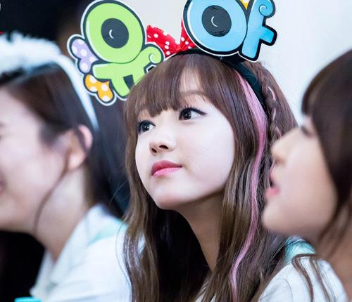 Thành viên sinh năm 1995 của Oh My Girl có vẻ đẹp tinh xảo như búp bê sứ với đôi môi nhỏ chúm chím, hai má bầu bĩnh đáng yêu. Các fan nhận xét YooA là cô gái có sức cuốn hút bí ẩn, càng ngắm càng mê.