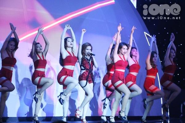 Với vai trò ca sĩ khách mời tại chung kết Siêu mẫu Việt Nam 2015 tối 27/12, Hoàng Thùy Linh mang đến màn trình diễn sôi động cùng vũ đoàn.
