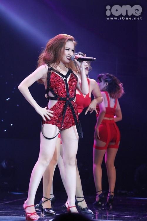 Diện trang phục ngắn cún khoe chân thon, nữ ca sĩ hátCrazy (Thanh Bùi).