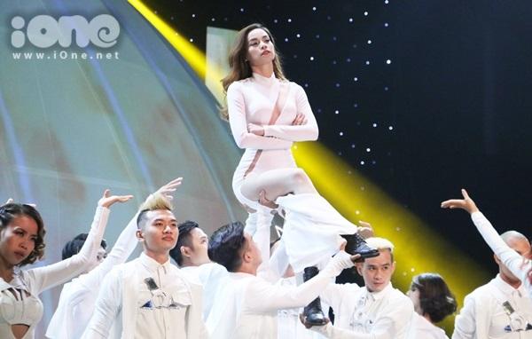 Hồ Ngọc Hà xuất hiện cùng vũ đoàn hoành tráng với hai ca khúc Destiny - What Is Love