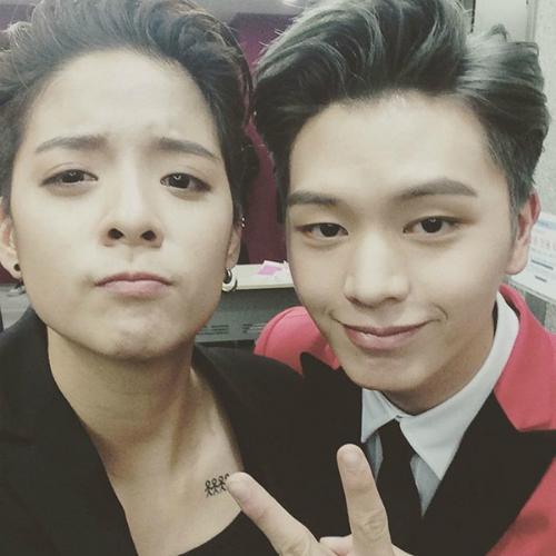 sao-han-30-12-baek-hyun-makeup-dieu-da-amber-do-ve-dep-trai-voi-sung-jae-4