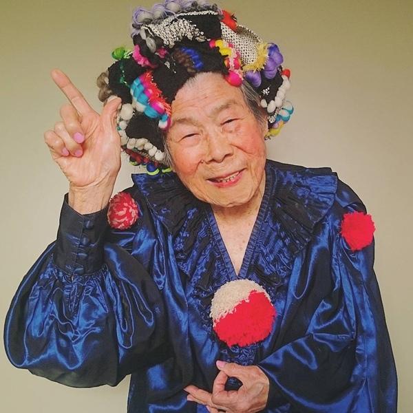 """Một cụ bà người Nhật Bản tên Emiko Mori đã trở thành """"mẫu ảnh"""" nổi tiếng trên khắp Instagram. Lý do duy nhất để cụ bà Emiko làm mẫu ảnh là vì cụ muốn mặc chính những trang phục được thiết kế bởi cháu gái mình, Emiko"""
