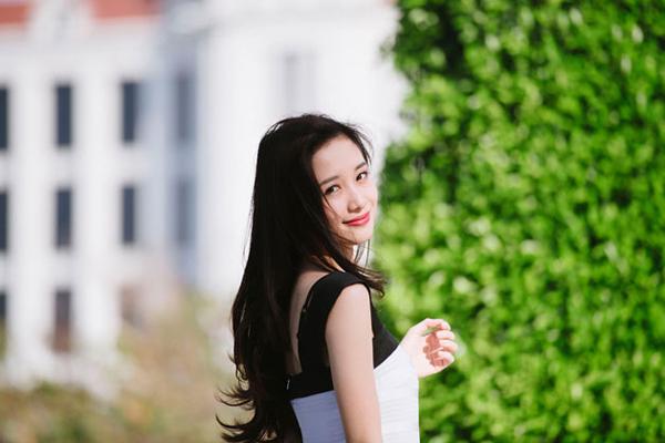 """Jun Vũ được gọi là """"cô bé trà sữa Việt"""" vì có nét đẹp nữ sinh trong sáng và dịu   dàng khá giống """"cô bé trà sữa"""" Chương Trạch Thiên của Trung Quốc. Trước   đó, Jun Vũ thường được nhận xét có ngoại hình giống Yoon Ah (SNSD) và hot   girl Trâm Anh."""