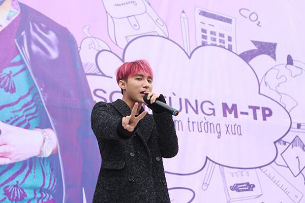 Sau buổi họp fan tại Thái Bình diễn ra hôm 28/12 thành công, trưa nay (29/12) Sơn Tùng M-TP tiếp tục có chuyến về thăm trường Lê Quý Đôn  nơi anh theo học những năm phổ thông.