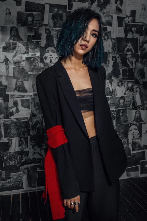 Single Up to You tiếp tục ghi nhận sự hợp tác ăn ý giữa Min và chàng cộng sự   thân thiết - Nhạc sĩ trẻ Khắc Hưng. Single này không chỉ là một sản phẩm   mang màu sắc mới, hiện đại hơn trong âm nhạc lẫn phong cách mà còn là cột   mốc đánh dấu một bước tiến vô cùng quan trọng trong sự nghiệp của Min.